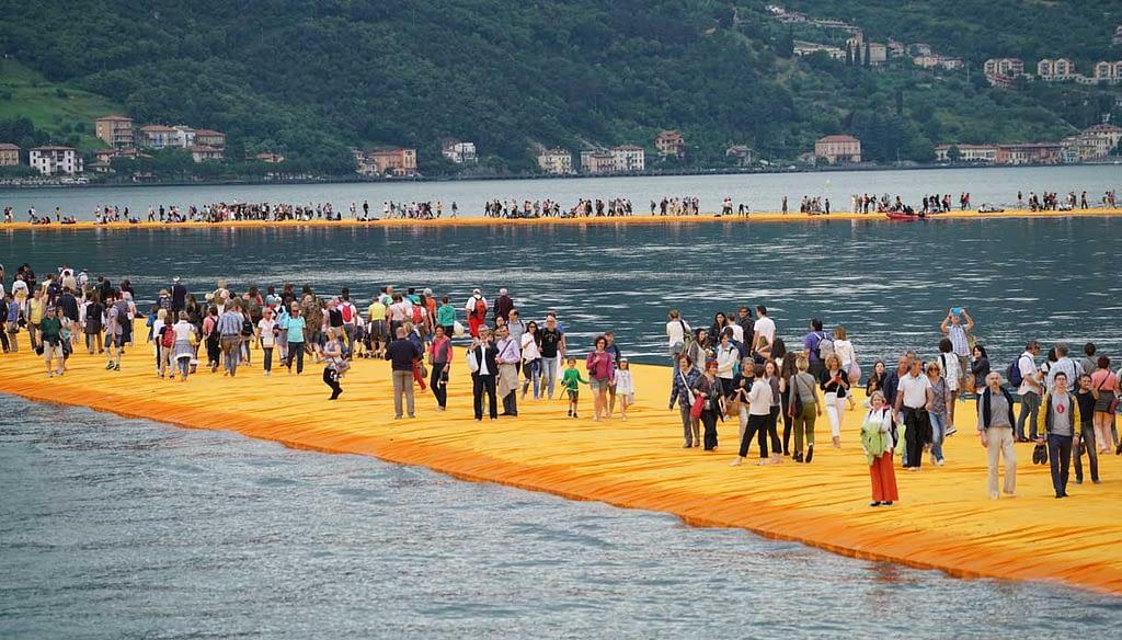 floating piers folla Da Lago d'Iseo a lago design, quando l'opera grezza si riveste di bellezza